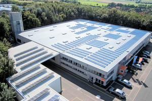Ein Industriedach bietet beste Voraussetzungen zur Erzeugung von Strom mit Hilfe von Photovoltaik-Anlagen. Kunststoffdachbahnen erlauben vielfältige Lösungsansätze