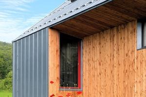 """Die Dachhaken für den Schneefang sind so ausgeführt, dass sie gleichzeitig für die Wartung der Fenster mit eingehängten Leitern nutzbar sind<span class=""""bildnachweis"""">Fotos (3): Rheinzink</span>"""
