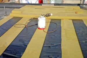 """Die Mineralwolle-Dämmplatten wurden zweilagig verlegt und mit Streifen der """"Vedatop TM"""" verklebt<span class=""""bildnachweis"""">Foto: Vedag GmbH</span>"""