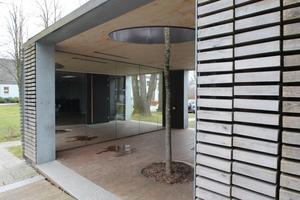 Tatsächlich ist in den Holzpavillon ein lebender Baum integriert<br />