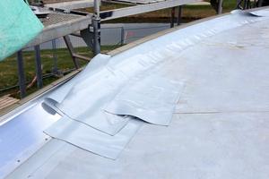 """Die Flachdachfläche wurde durch die Dachhandwerker mit der Dach- und Dichtungsbahn """"Evalon"""" von Alwitra abgedichtet"""