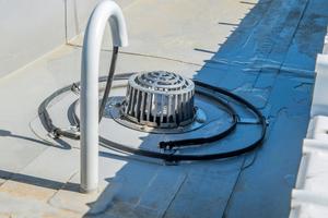 """In die Rinnen wurden beheizbare Gullys eingesetzt, um die Wasserableitung auch in den Wintermonaten und bei Frost zu gewährleisten<span class=""""bildnachweis"""">Fotos: FDT </span>"""