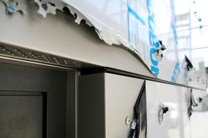 Rechts: Ein eingelegtes Blech dient als gestalterisches Mittel zwischen den Fugen, zudem schützt es im untersten Stockwerk vor Schnittverletzungen bei den recht scharfkantigen Verbundplatten