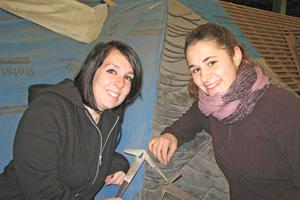 """Jeanie Hess (links) und Sabrina Hansel (rechts) bereiten sich am BBZ in Mayen auf die Meisterprüfung im Dachdeckerhandwerk vor<span class=""""bildnachweis"""">Fotos: BBZ Mayen</span>"""