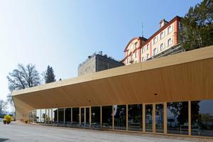 """Die Glasfassade und die Holzbeplankung des neuen Gastronomiegebäudes ergänzen das Bild der Baustile unterschiedlicher Epochen <span class=""""bildnachweis"""">Foto: Insel Mainau / Peter Allgaier</span>"""