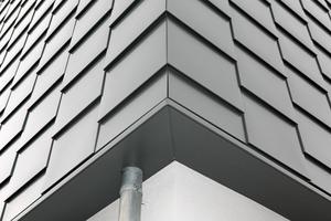 Der Blick auf die Ecke zeigt die handwerkliche Perfektion bis ins Detail, aber auch die identischen Strukturen in beiden Blickrichtungen, die durch die Hinterlegung der senkrechten Fugen mit Hutprofilen erreicht wurden