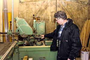 Auch diese Maschine, mit der Zapfen gefräst werden, hat der Tüftler für seine Bedürfnisse optimiert, indem er die Fräsköpfe durch Sägeblätter ersetzte