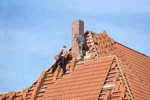 """Die Dachdecker decken neue Ziegel ein, die mit dem Amt für Denkmalpflege abgestimmt sind<span class=""""bildnachweis"""">Fotos: Thorsten Mischke, Kiel </span>"""