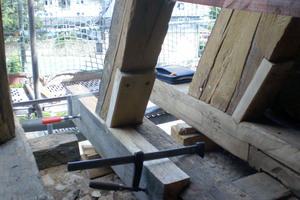 """Die schadhaften Balken werden mit einem stehenden Blatt versehen und ein neuer Balkenkopf eingepasst. Verschraubt werden sie mit """"Heco Topix cc""""-Schrauben"""