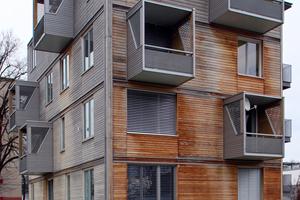 """Das aus vorgefertigten massiven Holzwandelementen und Holzdecken 2010 auf einem alten Keller aufgestellte viergeschossige Holzhaus """"H4"""" ist in Bad Aibling das erste Gebäude der """"city of wood"""""""