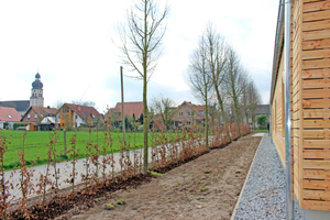 Links: Der Ortsteil, in dem das Flüchtlingsheim steht, ist sehr dörflich. Es gibt kaum Einkaufsmöglichkeiten