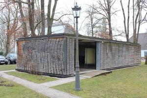 Der Holzpavillon zeigt den Baustoff Holz als lebenden Baum - vom rohen Stamm bis zum gehobelten Holz<br />