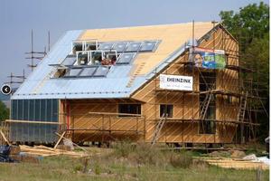 """Viel Licht kommt über die Dachfenster auf der Südseite in das Haus hinein. Dort wurden auch die Stehfalzbleche verlegt<span class=""""bildnachweis"""">Foto: Oximoron</span>"""