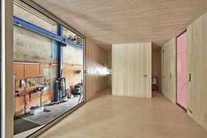 """Vorfertigung in der Zimmerei. Das Haus kam mit sämtlichen Installationen auf die Baustelle  <span class=""""bildnachweis""""></span>"""