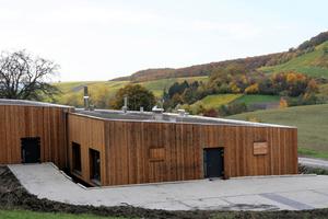 Das gesamte Gebäude wurde in Holzbauweise aus unterschiedlichen, teilweise heimischen Holzarten errichtet