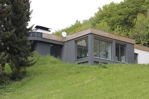 """Saniertes Gebäude mit neuem Dach und Flachdachfenstern <span class=""""bildnachweis"""">Fotos(3): Mohr/Linzmeier</span>"""