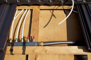 Verteilerbalken: Von hier aus führen die Schläuche zu den Modulen. Eine spezielle Solarflüssigkeit nimmt die Wärme auf und führt sie zum Speicher