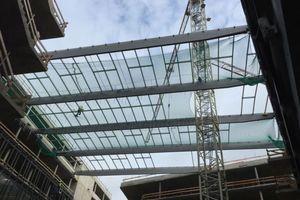 Das Dach der Hauptzentrale der Wirtschaftskanzlei FGS in Bonn entsteht, aus Glas, Stahlträgern und einer AluminiumkonstruktionFoto: Mirotec Glas - und Metallbau GmbH
