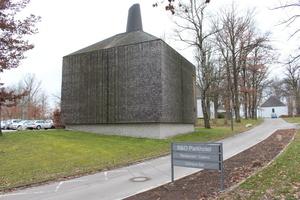 """Bei der 2011 nach Plänen von Matteo Thun fertig gestellten """"Heizikone"""" handelt es sich um die mit Tausenden Lärchenholzschindeln verkleidete Hackschnitzel-Heizzentrale der """"city of wood"""""""