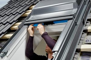 Innen am Fenster die Luftfilter an den beiden Lüftungsschächten einsetzen<br />