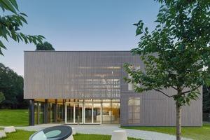 Das Ausstellungs- und Seminarhaus hat eine Lamellenfassade aus Weisstanne. Gebaut ist es mit BrettschichtholzstützenFotos: Zooey Braun Fotografie