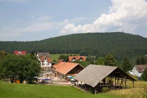 """Das Haus Luftikus in Baiersbronn. Im Vordergrund die Scheune für Außenveranstaltungen<span class=""""bildnachweis"""">Foto: Ulrike Klumpp </span><span class=""""bildnachweis"""">Fotografie</span>"""