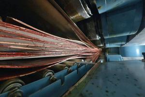 """Buchenfurniere werden zusammengepresst und verklebt, um daraus Furnierschichtholz zu machen<span class=""""bildnachweis"""">Foto: Pollmeier</span>"""