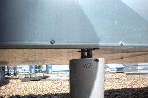 """Rechts: Womöglich der falsche Ort: Der Sicherungspunkt befindet sich unterhalb der Tragkonstruktion der Lüftungsanlage<span class=""""bildnachweis"""">Fotos: TÜV Rheinland</span>"""
