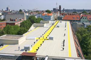 Die Abdichtung zahlreicher Details auf dem Wohnhaus-Flachdach in der Berliner Hohenstaufenstraße stellte eine Herausforderung während der Sanierung dar