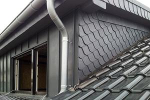 """Das Hauptdach wurde mit großen, dunkelgrauen Tonziegeln eingedeckt<div class=""""bildnachweis"""">Fotos: Bauherr/Zimmerei und Dachdeckerei Höhler</div>"""