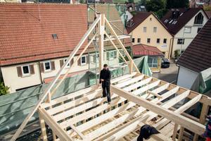Das alte, schiefe Sparrendach des Hauses vor der Sanierung