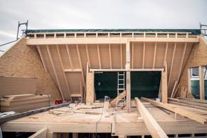 Das Dachgeschoss von innen: Die zweite Dachhälfte und der Querbau werden später aufgerichtet