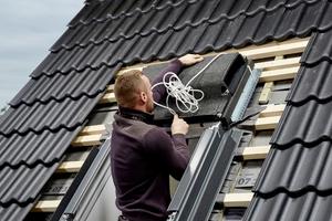 """Nach Ausbau des Fensterflügels, Markisenkastens und Dämmblocks wird """"Smart Ventilation"""" über das Fenster gesetzt"""