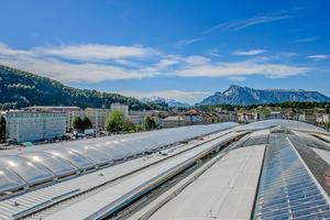 """Die Gesamtansicht während der Bauphase zeigt die unterschiedlich eingesetzten Materialien beim neuen Dach des Salzburger Hauptbahnhofs<span class=""""bildnachweis"""">Fotos: FDT</span>"""