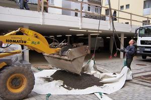 Oben: Das lose angelieferte Substrat wurde per Radlader in den Zinco-Turbobag umgeladen und dann per Kran aufs Dach befördert