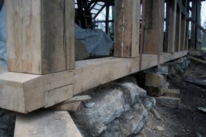 Zunächst wurde die neue Schwelle unterlegt und danach wieder mit den alten Steinen untermauert