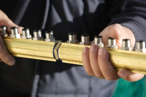 Verbindung mit Hanf- oder Teflonband: Die Verteiler-/Sammlerbalken sind als 6er/10er und 12er erhältlich. Da auf dem Dach zwischen 20 bis 40 Kollektorreihen nebeneinander liegen, müssen diese mit Doppelnippel und Dichtband verbunden werden.