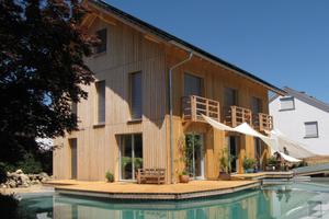 """Alle Bauteile des Massivholzhauses werden vorproduziert; oben links: Querschnitt mit Vollholzschraube<span class=""""bildnachweis"""">Fotos: rombach-holzhaus</span>"""