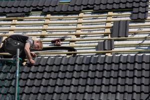 Kollektordecke Ein Dachstein einschließlich Kolletktor wiegt circa 5,1 Kilogramm. Pro Quadratmeter werden zehn Stück als Rechteck mit mindestens neun Reihen (ca. drei Meter) und maximal 13 Reihen übereinander verlegt <br /> <br /> <br />