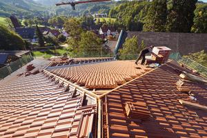 """Blick auf die große Dachfläche mit den zahlreichen Graten des neuen Rathausdaches<div class=""""bildnachweis""""></div>"""