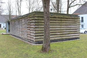Auf der Rückseite des Holzpavillons sind die rohen Baumstämme zu sehen<br />