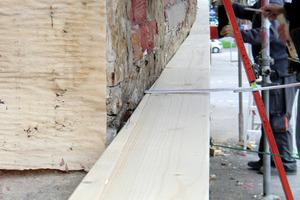 """Die Handwerker bringen die unterste Schwelle des """"Durio""""-Fassadendämm-Systems an"""
