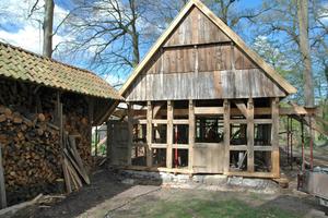 """Die gesamte Holzkonstruktion des kleinen Backhauses wurde von Handwerkern der Zimmerei Huckenbeck abgestützt, danach konnten die Schwellen und Ständer erneuert werden<span class=""""bildnachweis"""">Foto: Huckenbeck</span>"""