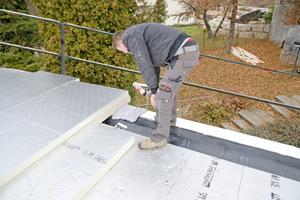 Den luftdichten Anschluss bildet die mit dem Mauerwerk verklebte Dampfsperre. Der Schaum zwischen Mauerkrone und Dämmschicht minimiert Wärmebrücken und verhindert das Eindringen von Feuchtigkeit