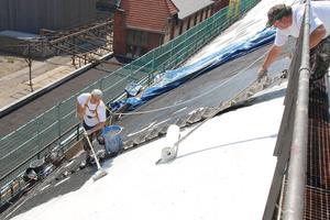 Da die Abdichtungssysteme Triflex ProTect und ProDetail auf geneigten Flächen haften, konnten sie auf die fast senkrechten Bereiche des Tonnendaches aufgebracht werden
