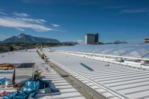 """Bis zu 300 m lange innenliegende Kastenrinnen entwässern die Dachflächen und wurden mit der Dachbahn """"Rhenofol"""" abgedichtet⇥Foto: FDT"""