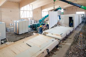 Vorgefertigt wurden die Wandelemente in einer Fertigungshalle vor Ort