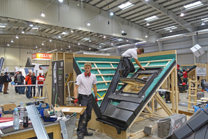Tom Gladisch (links) und Volker Pohlmeyer (rechts) erstellen ein Steildach mit Kehle beim internationalen Dachdeckerwettbewerb in Warschau⇥Foto: ZVDH
