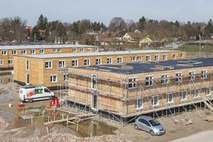 Das letzte von vier Flüchtlingswohnheimen kurz vor der Fertigstellung. Gebaut wurden die Häuser aus Holzmodulen. Geplant hat sie das Büro Gerstberger Architekten aus München