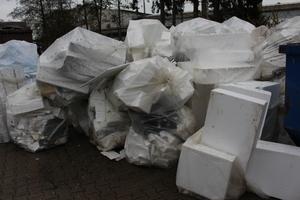Viele Müllverbrennungsanlagen nehmen die Dämmstoffreste nach wie vor nicht an. Und wenn, dann entstehen hohe Entsorgungskosten